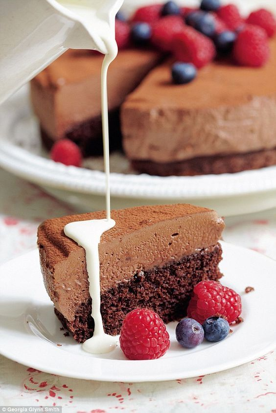 This chocolate berry cake looks amazing. Don't you agree?