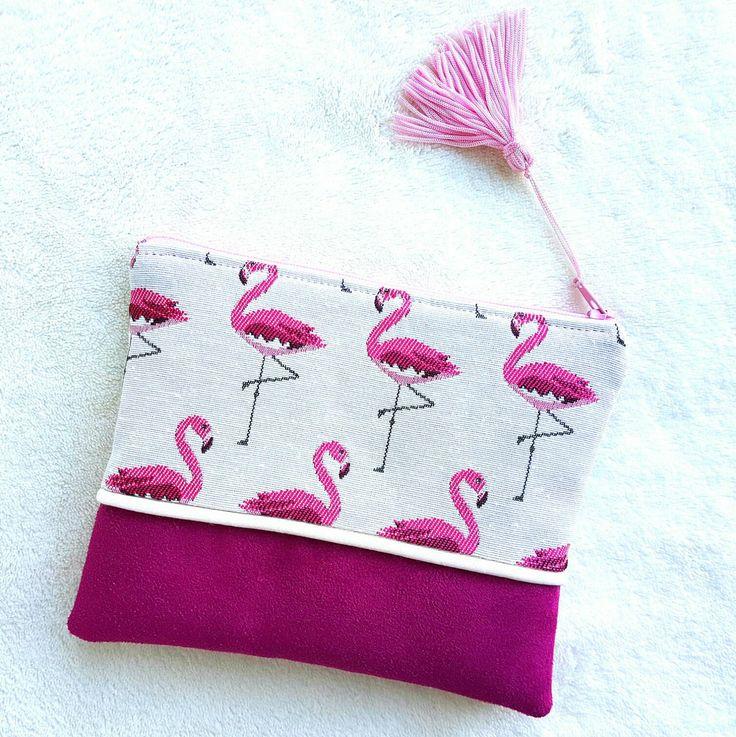 Mini pochette  fait main en suédine rose fushia et en tissu motifs flamants roses avec pompon. de la boutique LNHKcreations sur Etsy
