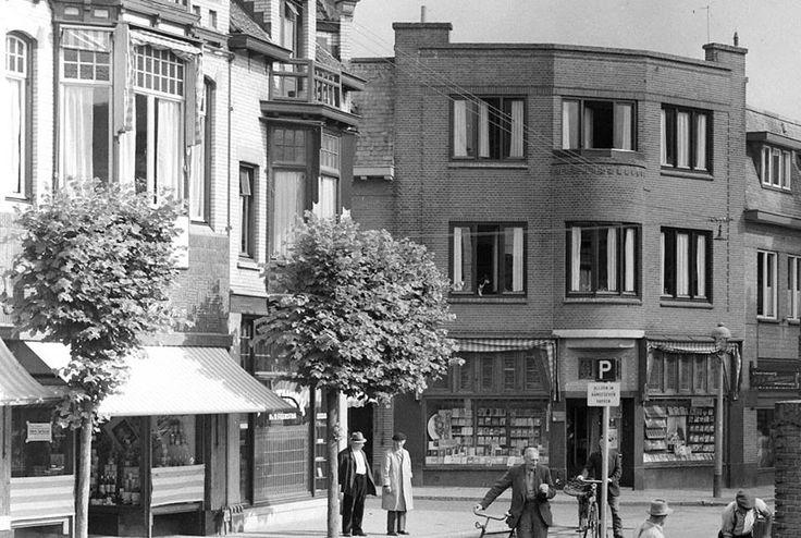 Boekhandel Rozenbeek op de hoek van de Schoutenstraat, Bussumerstraat en pleintje Kerkstraat