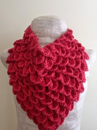Coral Crocodile Stitch Crochet Cowl | This free crochet cowl pattern will be the perfect fashion statement this year, with its beautiful petal design and brilliant coral color!