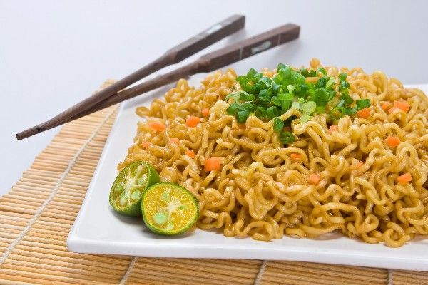 Ramen Fried Noodles: ramen noodles stir fried with egg, peas & green onion, seasoned with sesame oil & soy sauce. Cheap & super fast #recipe ready in 10 minutes.