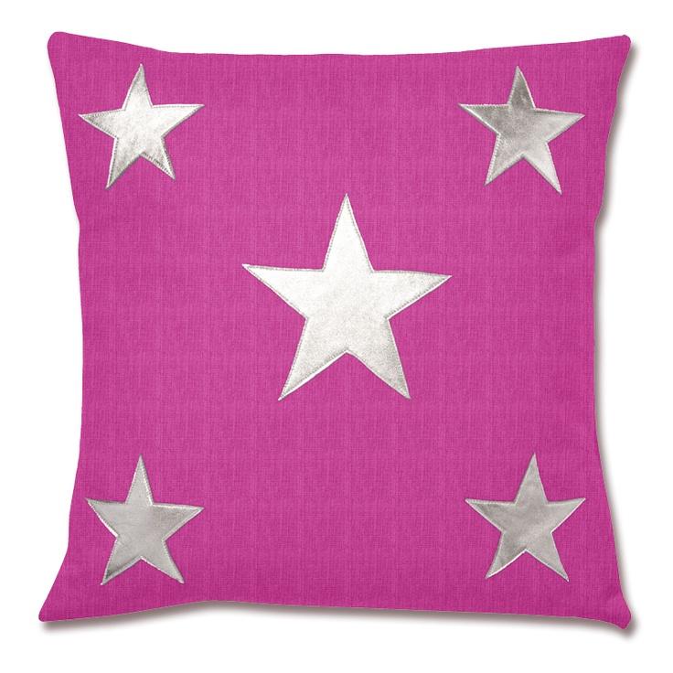 Cojín de lino fuscia con estrellas aplicadas en piel plateada. Posibilidad de quitar la funda. No lavable a máquina. Color: fuscia. Dimensiones: 40x40cm.