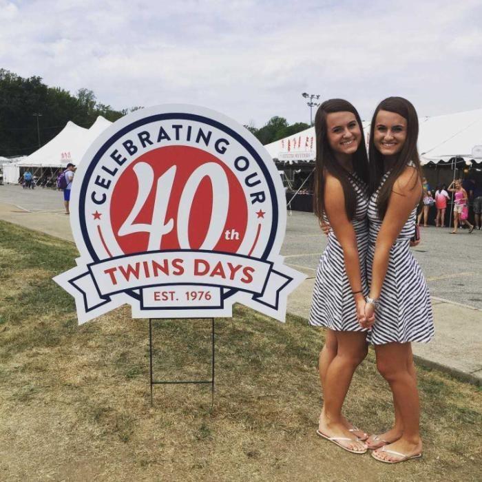 #интересное  40-й фестиваль близнецов в Твинсбурге (16 фото)   В Твинсбурге, штат Огайо, США, в сороковой раз прошёл ежегодный День близнецов (Twins Day). В 2016 году он собрал около 18 тысяч участников, в том числе десятки пар двойняшек и тройняшек разного пола и возраста из