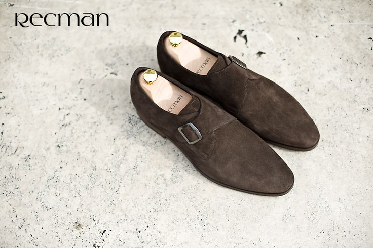 Zamszowe Monki łączą w sobie klasyczną elegancję i nutę sportowego ducha. W zestawieniach z dżinsami czy spodniami typu chino zawsze dobrze się prezentują, dodatkowo, gdy spodnie mają zwężaną nogawkę możemy pokazać klamrę, element wyróżniający ten typ obuwia.  Przyjdź i zobacz model A063 czeka w salonach.
