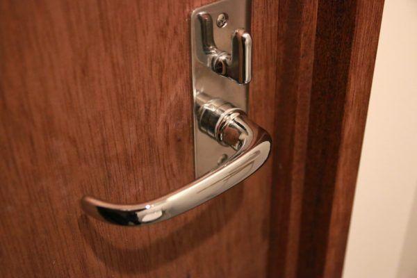 グリップエンド 持ち手の先端 の形 表示錠のロックのつまみも特徴的 レバーハンドル ホーン表示錠 レバーハンドル ドア フラッシュドア