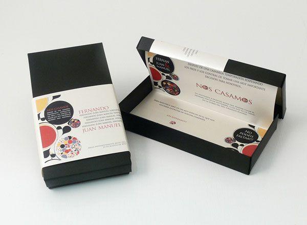 RETRO  Invitación en caja negra con toques retros que nos evoca un tiempo pasado, el texto va en una hoja A4.