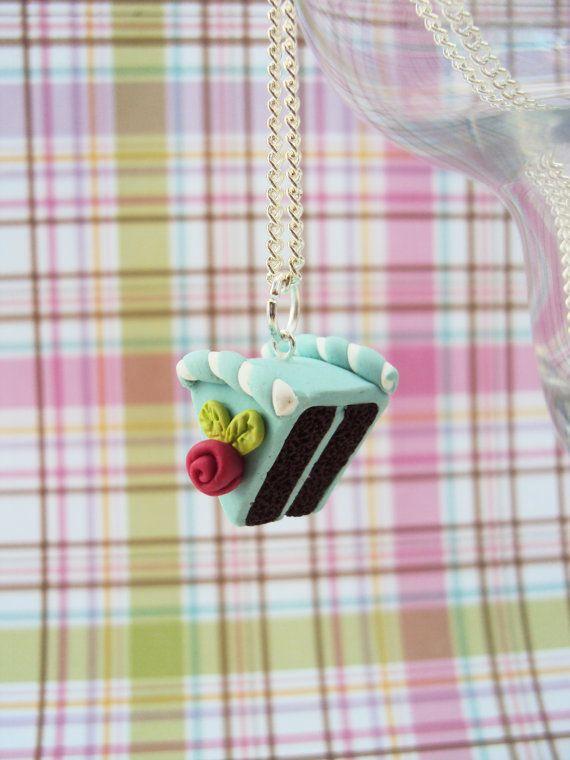 Alice in Wonderland-Motto-Kuchen!  Ein dunkler Schokoladenkuchen Matt mit einer cremigen Heidelbeere Sahnehäubchen gekrönt mit einem Zucker-Blume und Zuckerwatte Wirbel.  Zu süß und liebenswert! Essen Sie nicht, obwohl es nicht essbar ist :)  Hergestellt aus Fimo, wird Kuchen seine eigene einzigartige und individuelle Persönlichkeit haben.  Anhänger misst 2 cm oder 3/4  Geschenkschachtel inklusive!  Es hängt an 18 oder 20 Zoll Silber vergoldet Verbindung Kette Halskette mit ein Hummer-Ve...