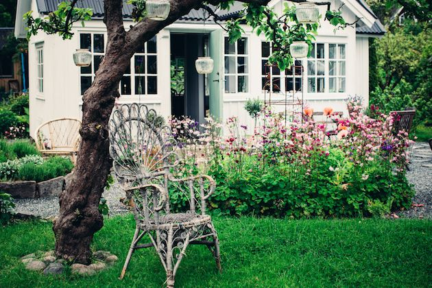 A truly idyllic Swedish 'kolonistuga' (allotment cottage)