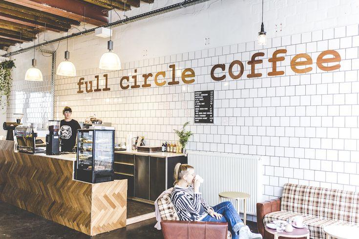 Full Circle Coffee in Gent is de eerste plant-based koffiebar in België. Plof neer in de retro fauteuils of geniet van de zon op het terras!