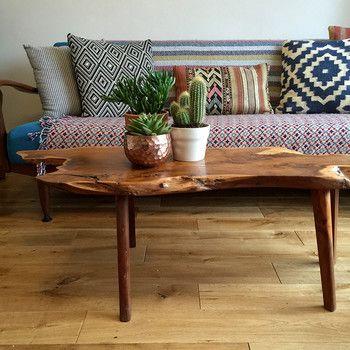 切り出したウォルナットの無垢材の形をそのままに、味わい深いリビングテーブルです。オーク系の明るい床に渋いブラウンのテーブルがよく映えていますよね!リビングテーブルの表面に光沢がありますが、これはウレタン塗装をしているから。ウォルナットの風合いを生かしつつ、汚れや水分が染み込まないように実用的な塗装がしてあります。