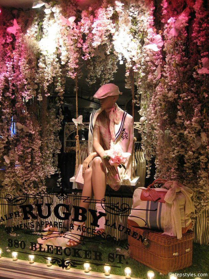 Luciana:Escaparate muy recargado & delicado a la ves, Esas plantas colgando a tonos rosa y blanco queda muy bien, y ese maniqui a los mismo tonos, crea un entorno cálido y femenino. stepstyles - shop window decoration in New York - www.stepstyles.com