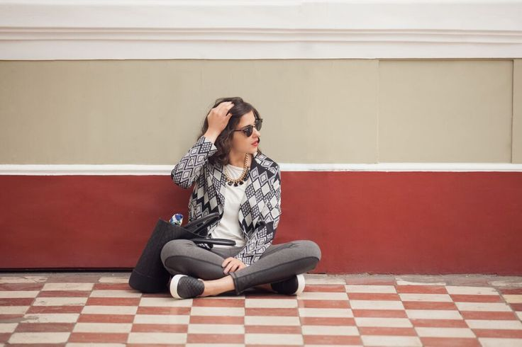 Blazer estampado de seda + leggins con aplicación de cuerina + bolso de silicona   Fotografía : Cattura Fotos Styling : Jennifer Flores  Av. San Martín 156 - 2do piso Barranco, Lima- Perú
