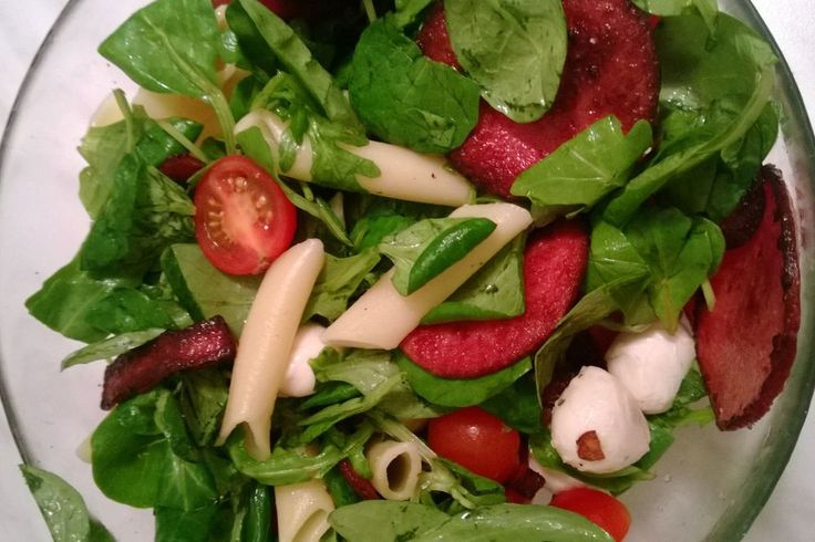 Салат с пастой, салями и рукколой