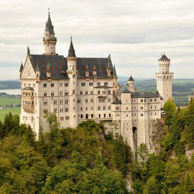 Где находится этот известный замок? в Германии! Замок Нойшванштайн является одним из самых важных туристических достопримечательностей Баварии. Каждый год его посещают 1,3 миллиона туристов. Название замка появилось в результате ошибки - заменили между собой наименования двух новопостроенных замков Хоэншвангау и Шванстайн.