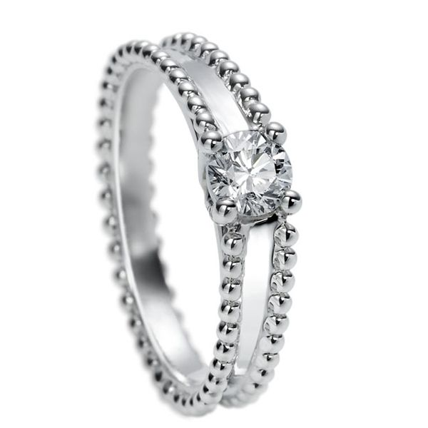 """Van Cleef & Arpels(ヴァン クリーフ&アーペル)の婚約指輪、エステル ソリティアのご紹介です。メゾン誕生のきっかけとなった愛の物語、アルフレッドが愛した妻エステルの名を冠したリング。連なるビーズが愛らしく、繊細なセッティングが特徴的なメゾンならではのデザイン。メゾンのセミオーダーサービス、""""ユア ポエティック セッティング""""対象作品。(鑑定機関GIA)【ゼクシィ】なら、Van Cleef & Arpels(ヴァン クリーフ&アーペル)のエンゲージメントリングも多数掲載中。"""