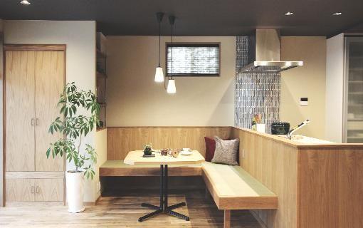 キッチン前にあるこだわりの畳ベンチ(実家リノベーション~ 和モダン ~ 愛車を眺めて寛ぐ至福のひととき) - キッチン事例|SUVACO(スバコ)