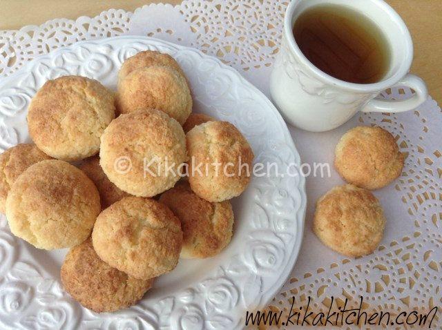 I biscotti al cocco (gemme di riso) sono dolcetti senza glutine a base di farina di cocco e farina di riso, delicati e profumati.
