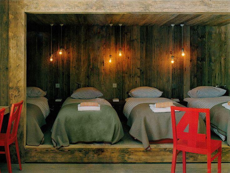 Quarto Rústico com Cadeiras Vermelhas - Arkpad