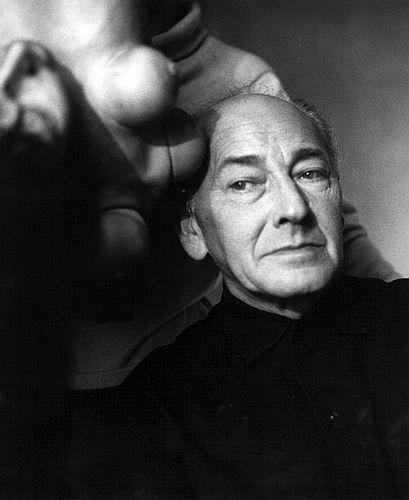 Pintor, artista gráfico y escultor alemán. En 1924 entra en contacto con los surrealistas en París. En 1933 realiza su famosa obra Puppe (Muñeca). En 1935-36 participa en la exposición surrealista del Museo de Arte Moderno de Nueva York. Durante 1939 estuvo preso junto con Max Ernst en el campo de concentración francés Les Milles. La obra de Bellmer aborda, desde la perspectiva surrealista, los temas de la sexualidad, el erotismo, la fragmentación y la corporeidad.