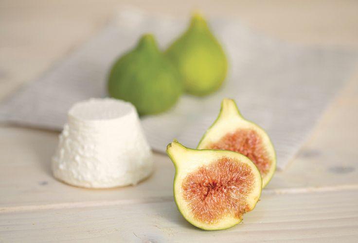 Ricotta e fichi caramellati biologici: fresh ricotta with caramelized fig jam from certified organic farms.