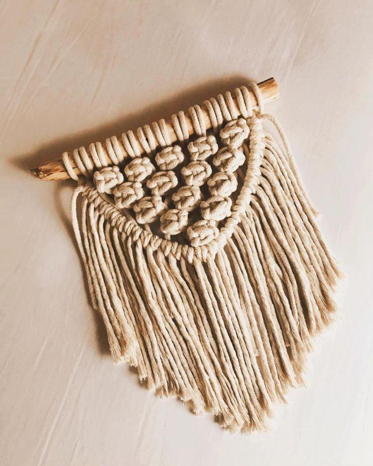Una preciosura este tapiz. Utilizamos cordón  de algodón 3 mm e hilo de algodón multihebras . Macrame Design, Macrame Art, Macrame Projects, Macrame Wall Hanging Patterns, Macrame Patterns, Crochet Wall Hangings, Handmade Wall Hanging, Rope Crafts, Yarn Crafts