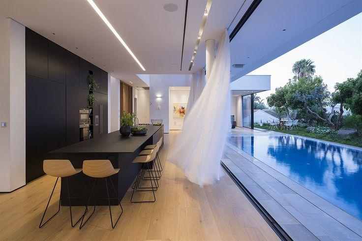 """Jedinou """"překážkou"""" mezi interiérem a exteriérem mohou být hedvábné závěsy."""