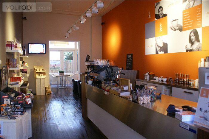 Kaldi: Je geniet hier van een goeie espresso met iets lekkers erbij, en in de winkel koop je bonen voor thuis als je er geen genoeg van kunt krijgen. Ook kun je er regelmatig terecht voor proeverijen, als je zin hebt om nog meer over je favoriete drankje te leren, en treden er regelmatig toffe artiesten op!  Plan nu je dagje uit in een van deze leuke koffie barretjes @ www.streekweb.nl