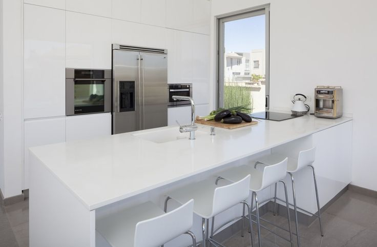 Brighten up any room with some dazzling white. A glossy finish provides depth to a surface and to the cabinet claddings for kitchens or bathrooms.