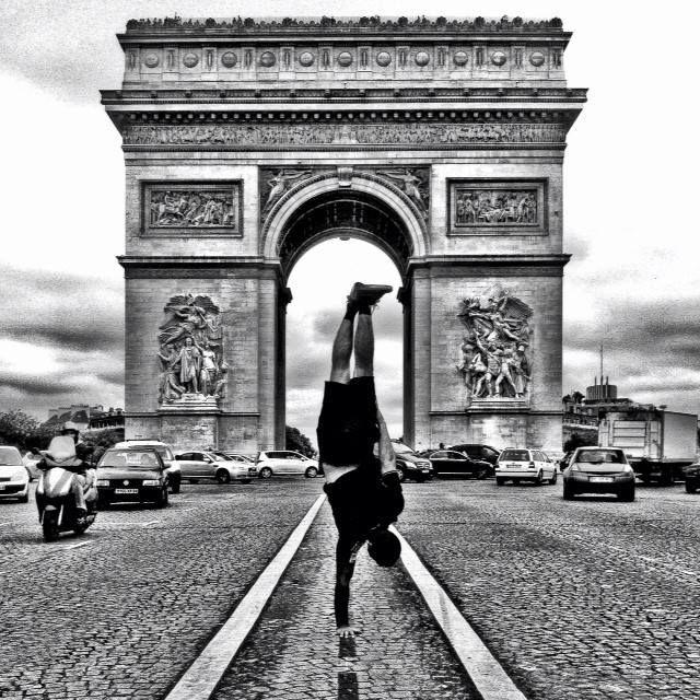L'artiste Kapstand devant l'arc de Triomphe.