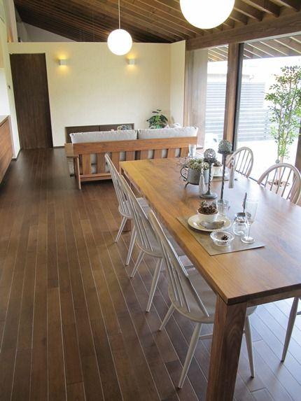 アーコール・ウィンザーチェアのモカグレー色とウォールナット無垢材を使用した家具でコーディネートしたリビングダイニング空間をご紹介