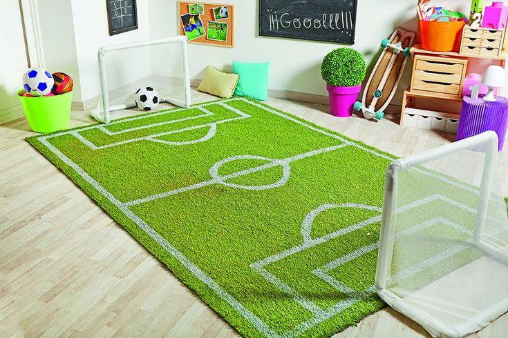 Descubre cómo puedes hacer un campo de fútbol de juguete para decorar el cuarto de los niños. Además, tendrán un juguete DIY divertido y original.