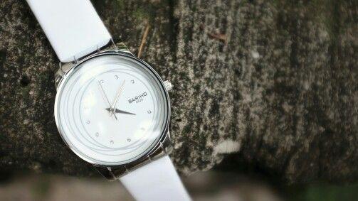 Beli jam tangan murah, yg penting keren. Tapi kyny rapuh bgt...ya kalo ada rejeki lebih baru beli yg agak mahal sekalian. For now yg penting ada dulu ;D