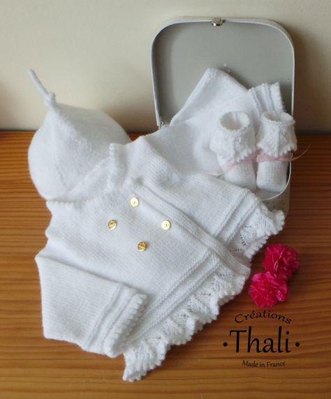 Un trousseau composé de différentes pièces de layette coordonnées, le cadeau idéal pour un nouveau né.