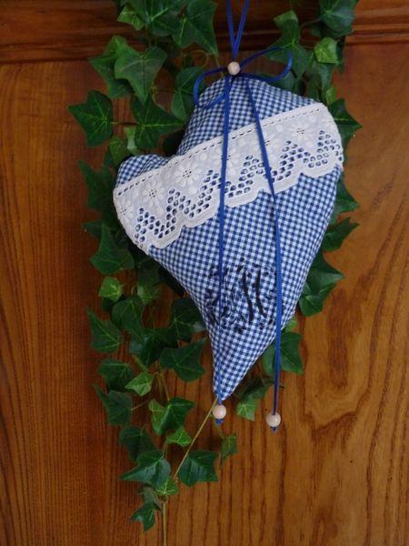 Dieses besondere Lavendelkissen im Vintagelook ist ein absolutes Unikat! Der blau karierte Leinenstoff wird von weißer Spitze gekrönt. Der alte Monogramm-Aufdruck gibt dem Herzen zudem einen ganz besonderen Touch.