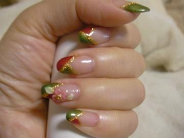 2009年お正月用ネイル:細かいゴールドの混じった赤と抹茶グリーンにゴールドのライン、紅白の梅の花の3Dアートで和っぽく。