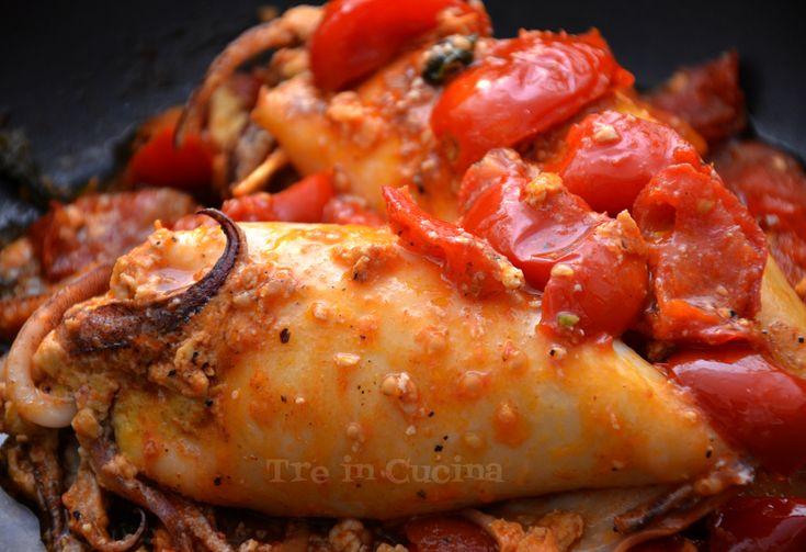 I calamari ripieni di verdure sono un piatto unico semplice e veloce da realizzare, ottimo per cena. Niente di troppo pesante, anzi, ma molto gustoso!