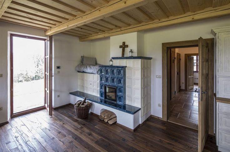 Na kachlových kamnech lze i pospávat pěkně v teple.