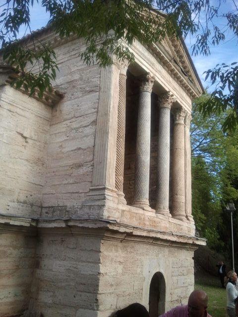 Ókori keresztény templom, világörökség része. Formája római de már eredetileg kereszténynek épült, nem később átalakítás.