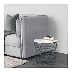 Du kan ha alt fra pledd og puter til aviser og garn i kurven – eller la den være tom for å gi en åpen romfølelse. Et håndtak i bordplata gjør det enkelt å åpne bordet og få tak i tingene som oppbevares i kurven. Den luftige designen gjør bordet lett å løfte og flytte, for eksempel fra sofaen til godstolen. Passer som f.eks. kaffebord, sidebord eller nattbord.