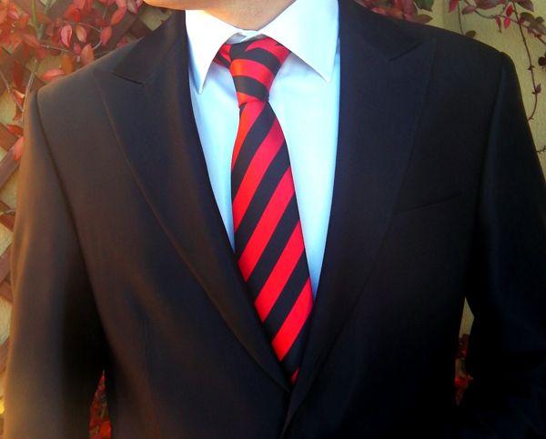 Corbata a rayas negras y rojas http://comprarcorbata.com/corbatas/rayas/corbata-a-rayas-negra-y-roja.html