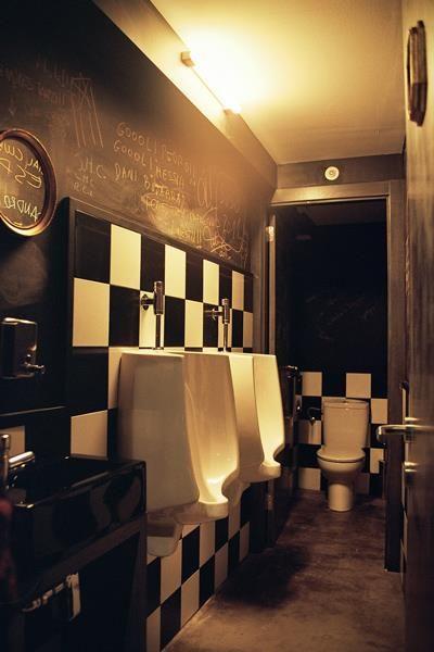 El diseño del bar en su conjunto debe ser coherente en todos sus espacios, incluyendo los servicios.