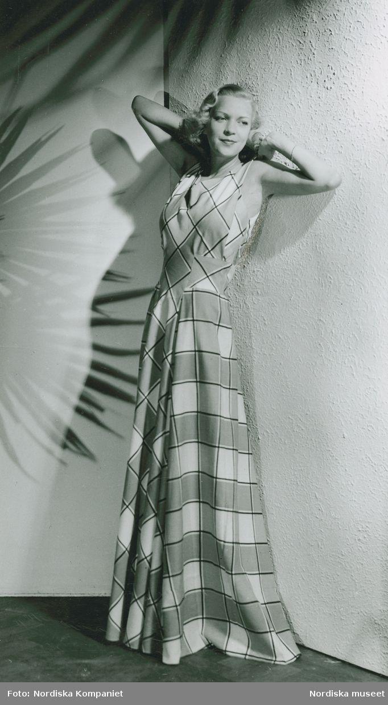 1941. Modell i hellång klänning med rutigt mönster. Modell: Margit Langlet. Foto: Erik Holmén för Nordiska Kompaniet