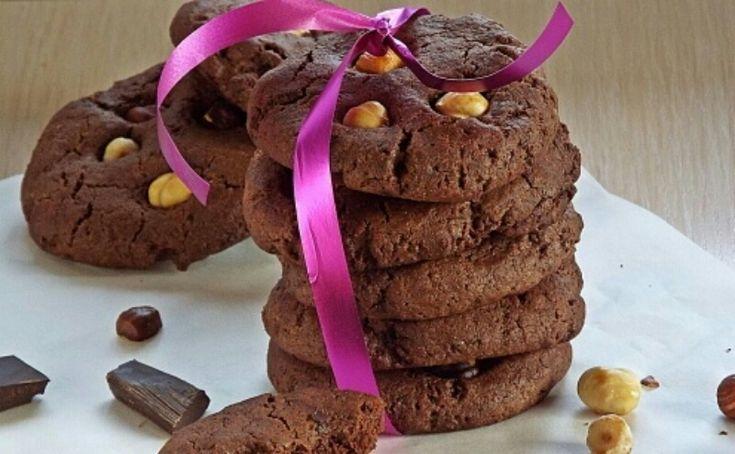Сладкоежки будут от него в полном восторге. Оно очень шоколадное, с фундуком и кусочками шоколада. Это лакомство хочется есть еще и еще. Печенье получается ароматным, рассыпчатым и мягким. Его невозможно не любить. К ароматному чаепитию идеально подходит. Сохраняйте рецептик и радуйте свое окружение такой вкуснейшей выпечкой.