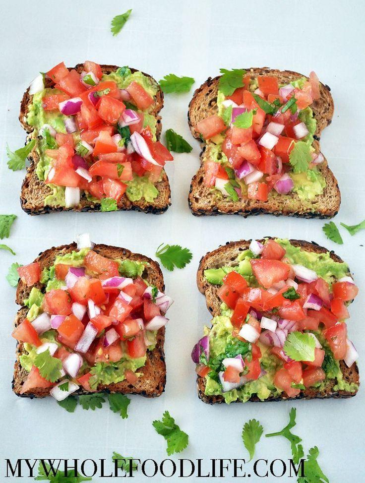 Gesunde Frühstücksidee. Dieser Avocado-Toast im Südwesten ist eine großartige Möglichkeit, fr …