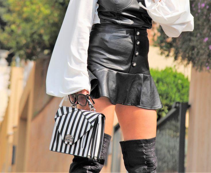 El jersey marinero, las rayas, las chaquetas entalladas o los corsés son algunas de las prendas que más indentifican a Jean Paul Gaultier. Por ello he querido crear mi look a partir de estas premisas. Adoro este diseñador por su elocuencia y atrevimiento en sus diseños. las colecciones de Jean Paul Gaultier, son relevantes …