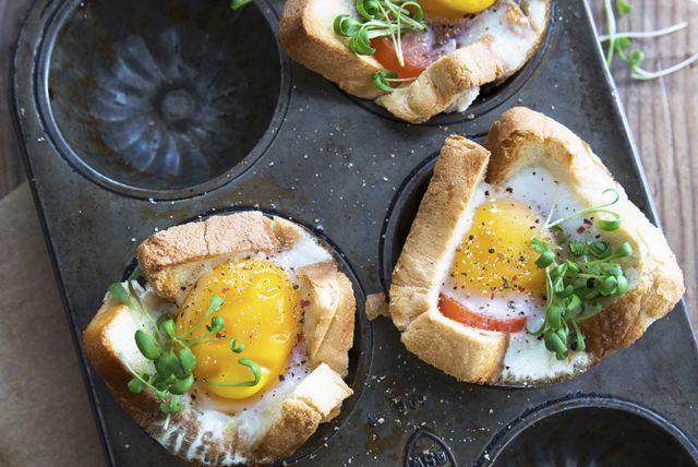 Vous cherchez une recette impressionnante en vue d'un brunch? Voici ce qu'il vous faut. Ces coupes individuelles débordent de bonnes choses : tomate juteuse, cheddar crémeux, coquille croustillante de pain grillé et œufs cuits à la perfection. Que demander de plus?
