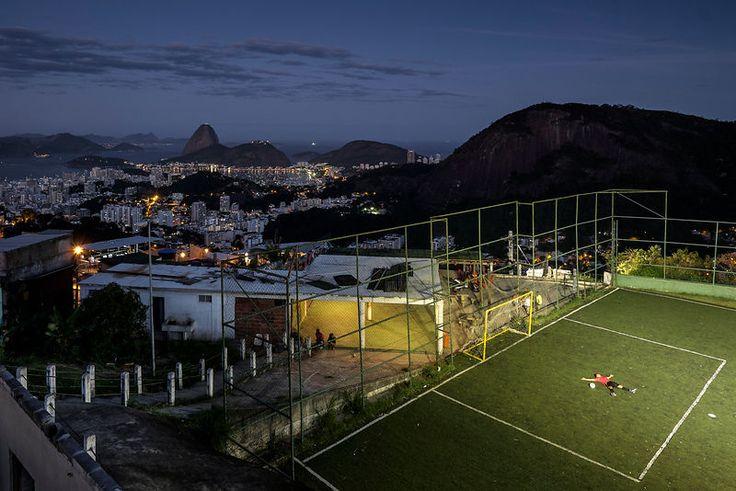 """Francischelio Gomez Silva, que l'on appelle """"Helio"""", gardien de football, 25ans, sur le terrain de sa communauté. Il a toujours rêvé d'etre gardien pro un jour. Favela Morro dos Prazeres, Rio de Janeiro, Brésil, Juillet 2014...©Dom Smaz"""