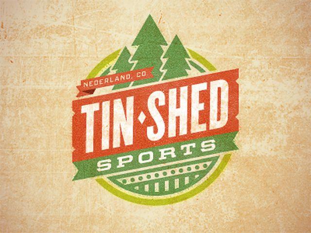 Le logo rétro et vintage Tin Shed en forme de label avec drapeau.