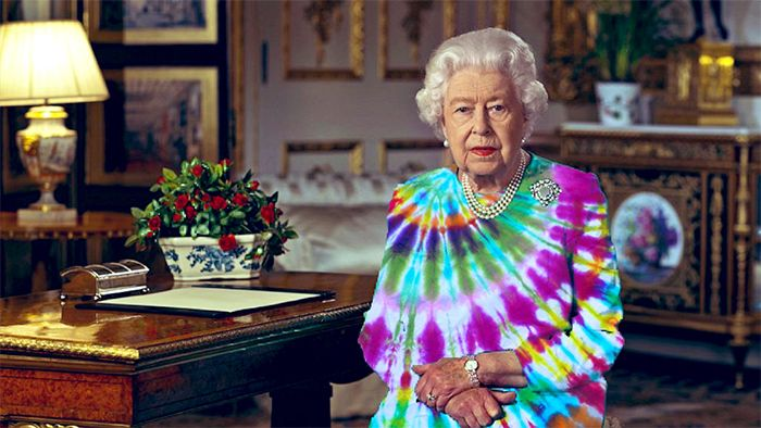 41 Pics Of The Queen Of England Wrecked In Her Green Screen Dress Queen Of England Funny Dresses England Funny