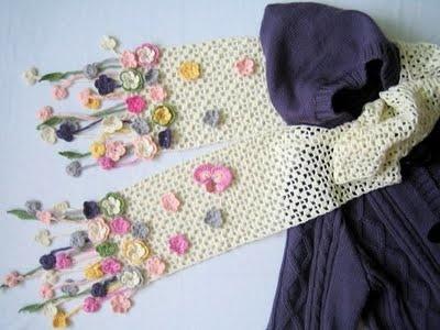 sciarpa semplice decorata con fiori. crochet site with some beautiful items.  not in English.